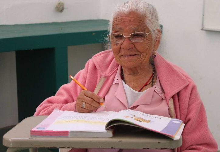 Doña Manuela Bernal Cruz dijo que su papá no la dejó ir a la escuela cuando era niña. (Notimex)