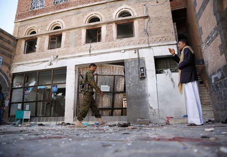 Un ataque de la coalición encabezada por Arabia Saudí dejó saldo de más de 30 muertos, en Yemen. El ataque fue contra un lugar donde se realizaba una boda. La imagen corresponde a un atentado en Yemen. (AP)