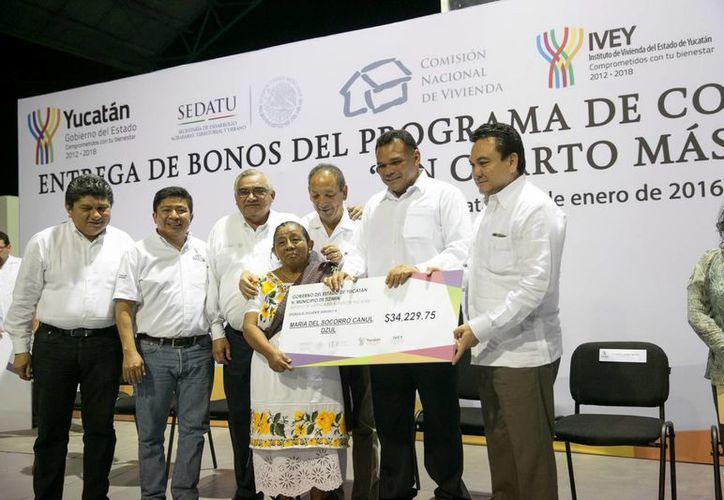 El Gobernador entrega recursos superiores a 24 millones de pesos en apoyo de habitantes de Tizimín, Panabá, Sucilá, Cuncunul y Tecoh. (Milenio Novedades)