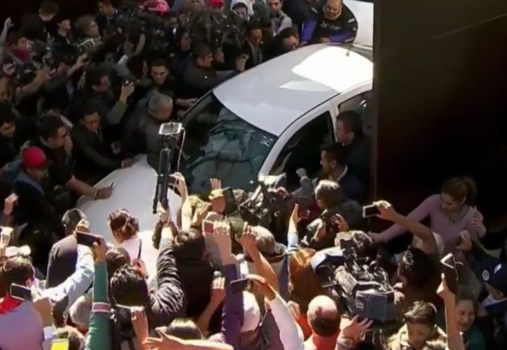 En medio de una multitud salió de su casa Andrés Manuel López Obrador, con rumbo al recinto de San Lázaro. (Impresión pantalla)