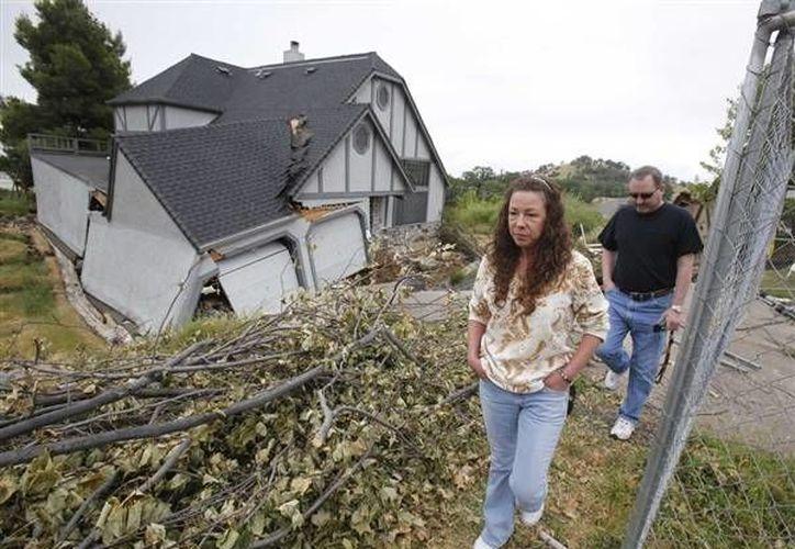 Por lo menos ocho casas completas ya se han hundido y otras 10 de manera parcial. (Agencias)