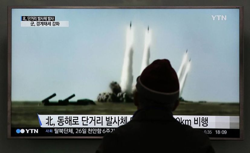 Un hombre mira en una televisión el archivo de imágenes de lanzamientos de misiles realizados por Corea del Norte. (Agencias)