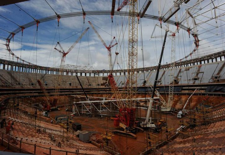 La construcción del estadio de Brasilia. Las autoridades han ofrecido que será inaugurado el 21 de abril. (EFE)