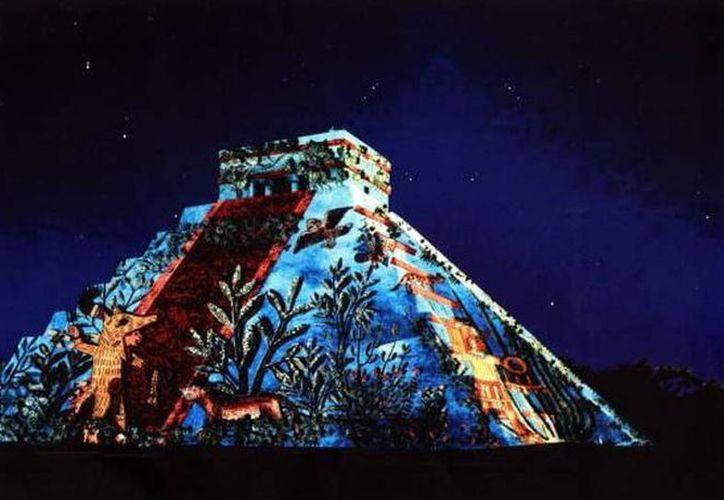 Cultur pide garantizar la seguridad de los visitantes que asisten en 'Las Noches de Kukulcán' en Chichén Itzá. Imagen del espectáculo de luz y sonido que se realiza en la mencionada zona arqueológica. (Milenio Novedades)