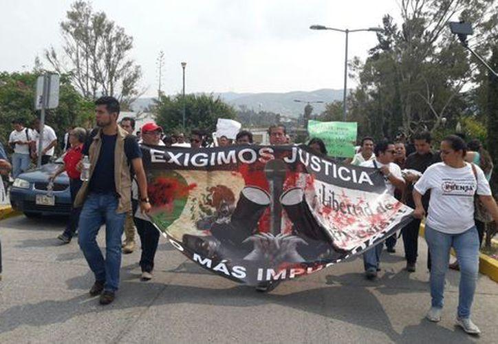 Los comunicadores también protestaron por la privación de la libertad de siete reporteros, ocurrida el 13 de mayo. (Rogelio Agustín/Milenio).