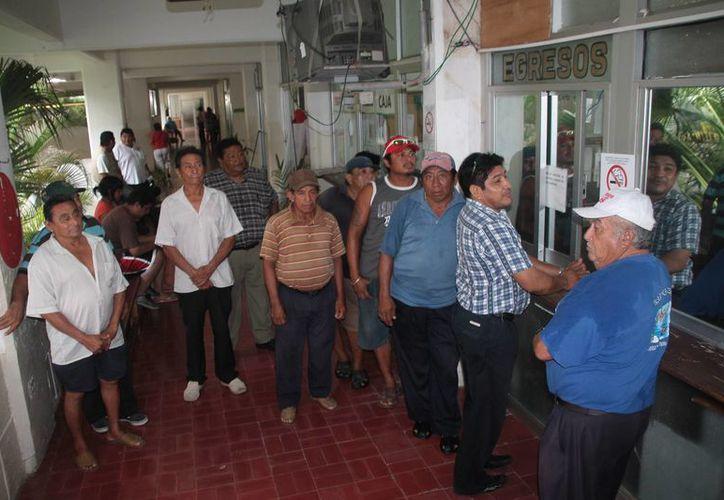 Los trabajadores acudieron a las cajas a cobrar sus sueldos. (Julián Miranda/SIPSE)