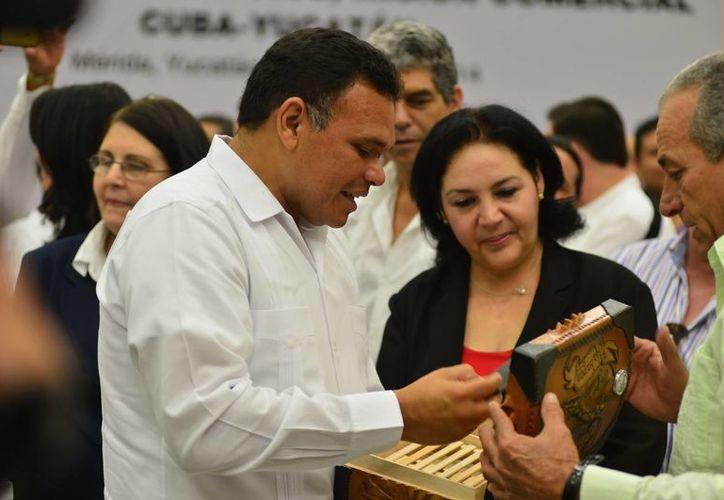 El gobernador de Yucatán, Rolando Zapata Bello, y la presidenta de la Cámara de Comercio de Cuba en México, Odalys García Seijo, en el Encuentro de Negocios Misión Comercial Cuba-Yucatán. (Luis Pérez/SIPSE)