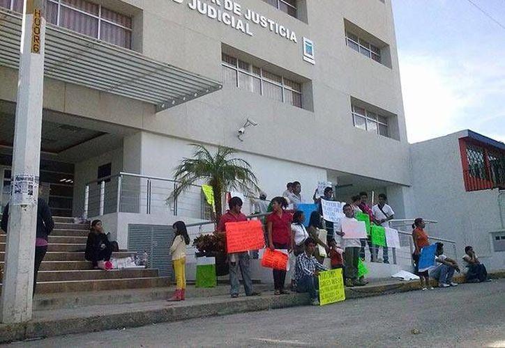 Los familiares de los dos únicos vinculados con los hechos, se manifestaron a las afueras de la sala de Juicio Orales del municipio de Cuautla. (excelsior.com.mx)