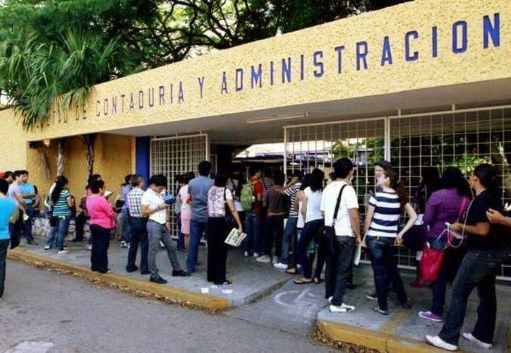 Cuatro alumnos de la Facultad de Contaduría y Administración de la Uady destacaron en el EGEL por lo que  recibirán un reconocimiento en Aguascalientes. (Milenio Novedades)