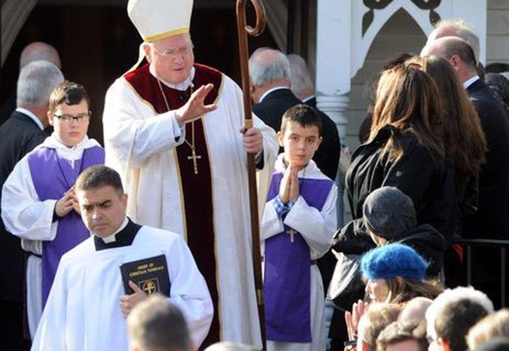 El Cardenal Timothy Dolan a la salida del funeral de la maestra Anne Marie Murphy. (Agencias)