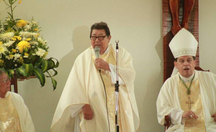 El padre Ángel Vargas al micrófono durante la celebración de sus 50 años como sacerdote. A su izquierda está el Arozbispo Gustavo Rodríguez. (Fotos: Jorge Acosta/Milenio Novedades)