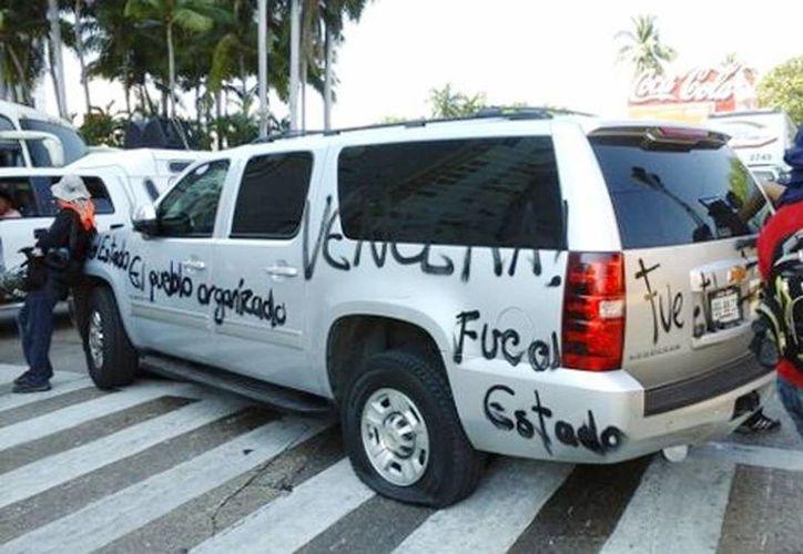 La camioneta en la que viajaba el alcalde, Luis Walton fue pintada con diversas leyendas, además de que le poncharon las llantas. (Javier Trujillo/Milenio)