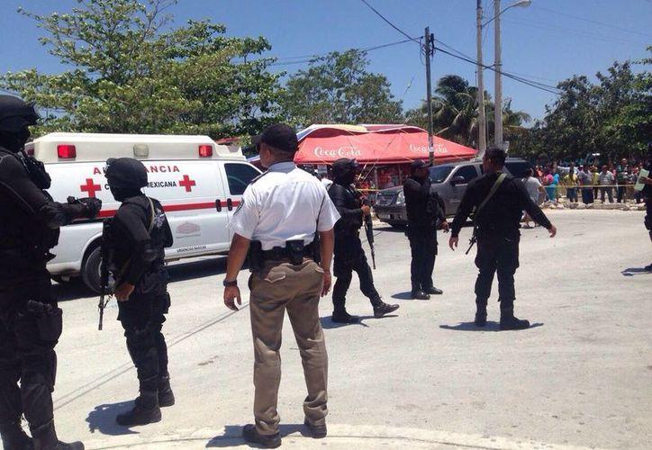Elementos de la Policía Estatal, Municipal y de la Cruz Roja, acudieron a la cárcel de Cancún. (Sergio Orozco/SIPSE)