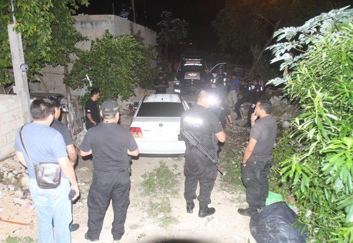 La Policía Municipal aseguró un vehículo con una marca de bala y un cartucho percutido en el interior. (Redacción/SIPSE)