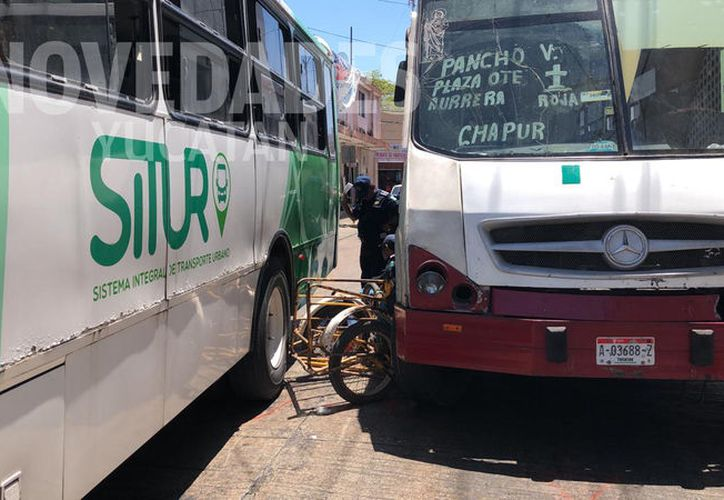 Entre los dos camiones quedó prensado el triciclo. (Novedades Yucatán)