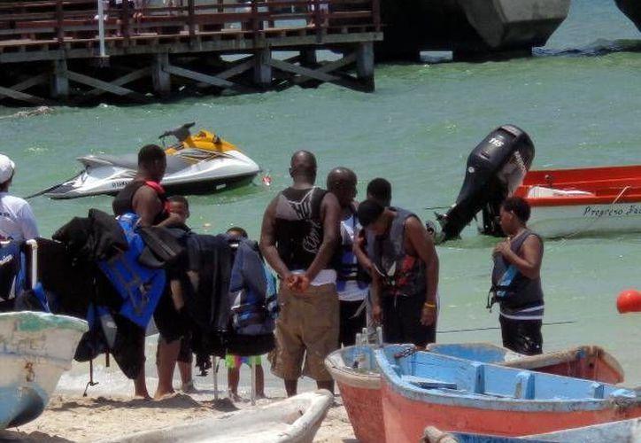 Los turistas extranjeros se divirtieron con los deportes acuáticos. (Manuel Pool/SIPSE)