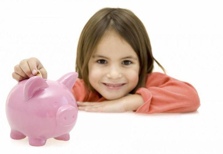 Enseñe a los niños las reglas para que aprendan a administrar su dinero de manera ordenada. (Agencias)