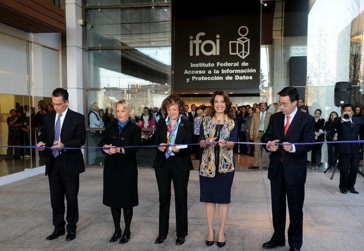 La comisionada presidenta del IFAI, Jacqueline Peschard (c), encabezó la inauguración de la nueva sede del IFAI. (Notimex)