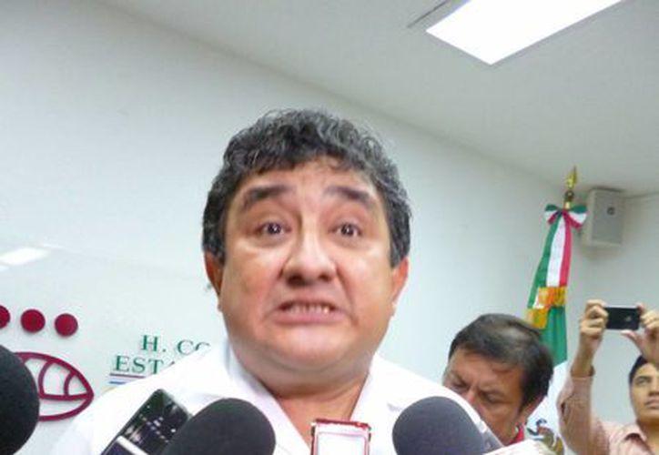 El diputado Alvar Rubio durante la entrevista sobre la desaparición de su contendiente. (SIPSE)