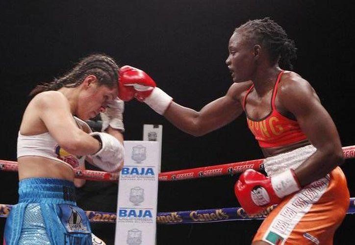La Rusita recibió golpes desde el inicio, lo que la obligó a reaccionar y ponerse de tú a tú con la africana. (twitter.com/desdeelring)