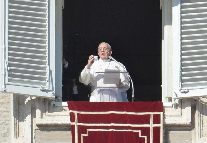 """El Pontífice muestra la conocida como """"Misericordia"""", una caja que contiene un rosario, durante el rezo del Ángelus desde la ventana de San Pedro en el Vaticano. (EFE)"""