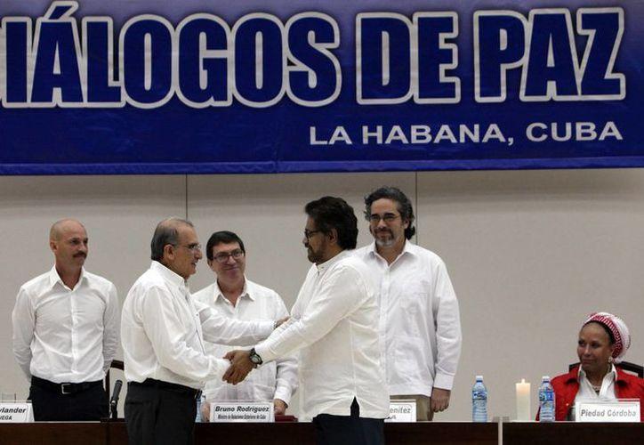 Tras cuatro años de diálogo en Cuba, las FARC y el gobierno colombiano llegaron a un acuerdo definitivo. (EFE/Archivo)