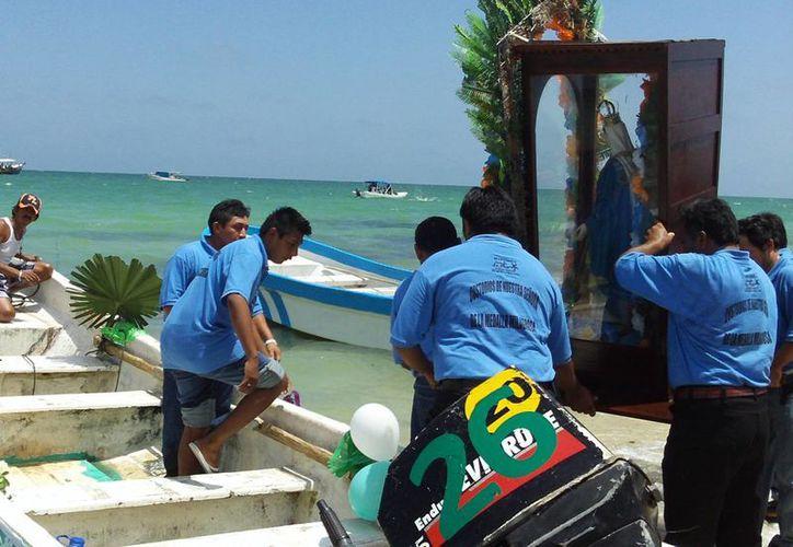 Este lunes se realizó en Chelem el tradicional paseo de la Virgen de la Medalla Milagrosa. (Manuel Pool/SIPSE)