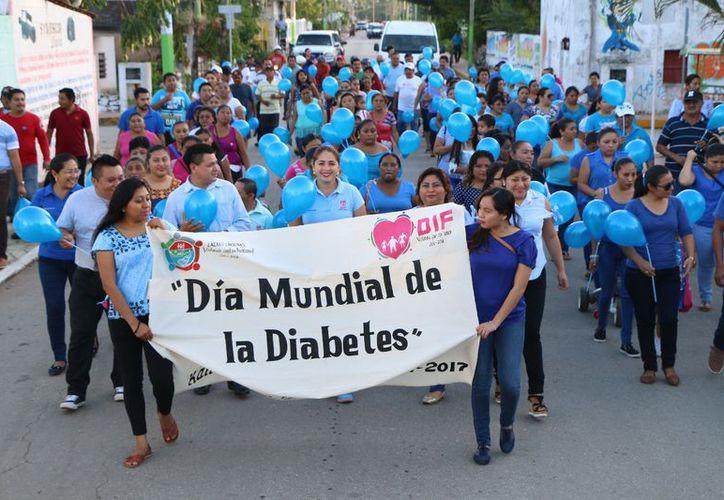 """Inició la caminata en frente de la escuela secundaria """"Tierra y Libertad"""" y culminó en el parque principal. (Raúl Balam/SIPSE)"""