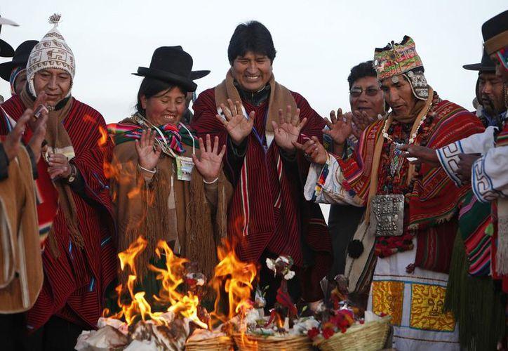 El presidente Evo Morales, con un grupo de indígenas aymaras. (Agencias)