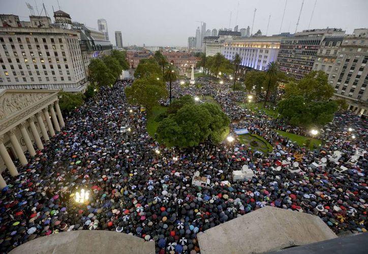 Una fuerte lluvia cayó sobre Buenos Aires durante la marcha que congregó a miles de argentinos. (AP)