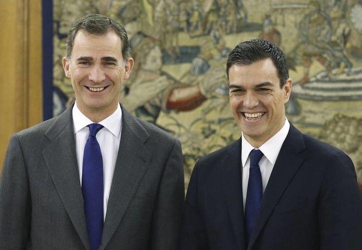 El rey de España Felipe VI (izq), posa con el líder del partido socialista de España, Pedro Sánchez, antes de una reunión en el Palacio de la Zarzuela en Madrid, España, el pasado 22 enero. (Agencias)