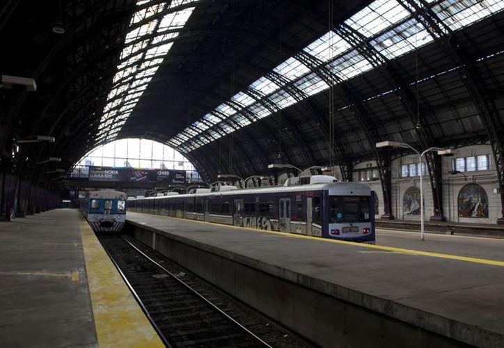 La estación de trenes de Retiro, en Buenos Aires, luce vacía en el marco del paro nacional de 24 horas. (Agencias)