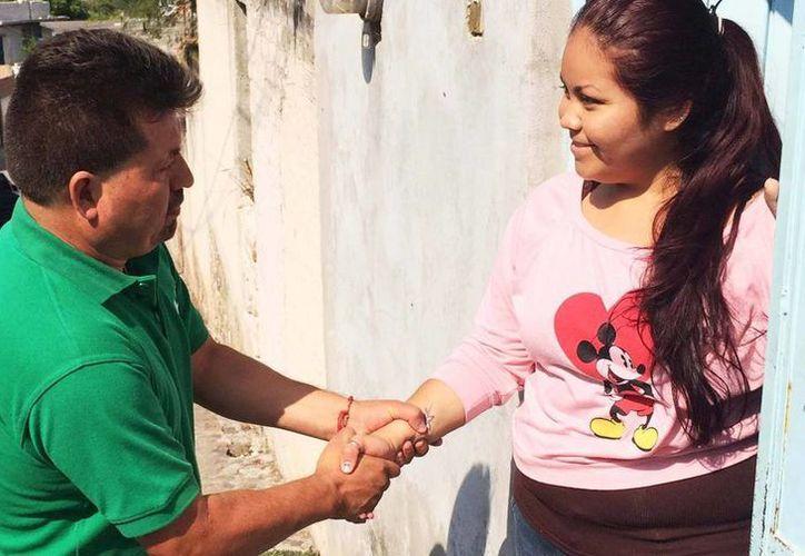 Rogelio Sánchez Galán, alcalde electo de Jerécuaro, Guanajuato, fue asesinado en su domicilio. Imagen del edil electo mientras saluda a una mujer durante su campaña. (Facebook Rogelio Sánchez Galán)