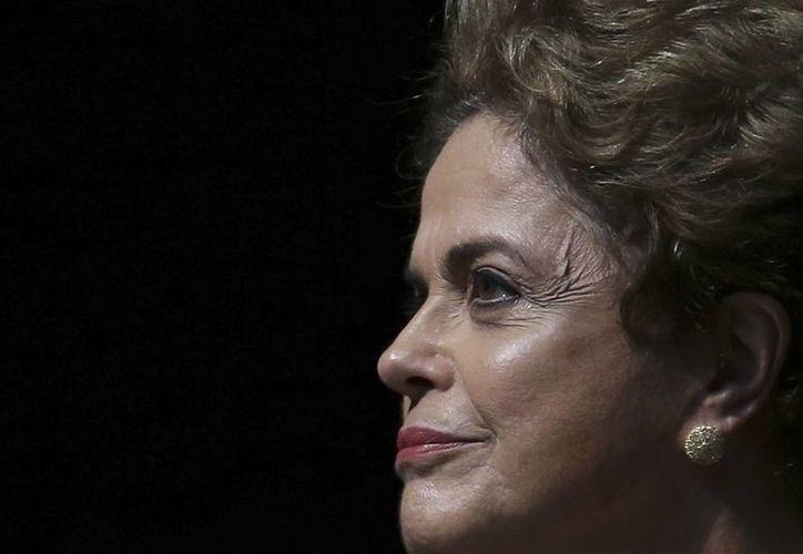 El martes, miles de brasileños salieron a las calles de todo el país para pedir que pare el proceso de juicio político contra la presidenta Rousseff, cuya imagen se ha desplomado notablemente en los últimos meses. (AP)