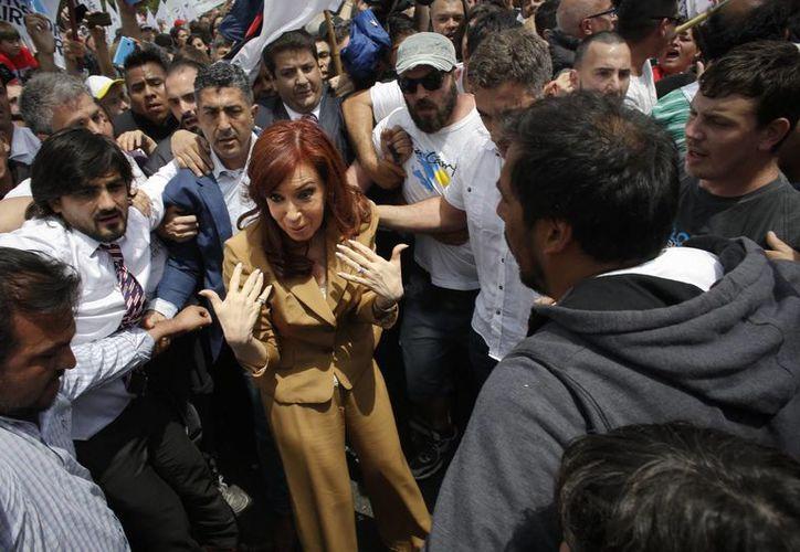 La expresidenta de Argentina Cristina Fernández habla con simpatizantes al salir de su apartamento para declarar ante un juez en un caso de corrupción en Buenos Aires, el lunes 31 de octubre de 2016. (AP Foto/Victor R. Caivano)