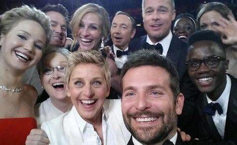 Selfie de Ellen con los actores de la premiación. (@TheEllenShow)