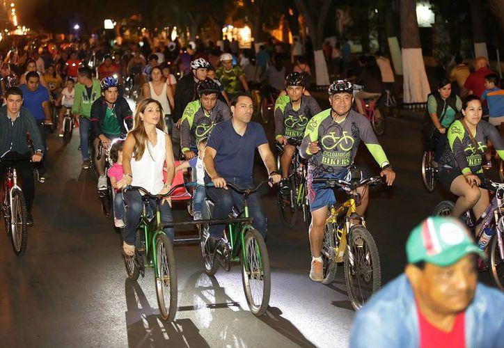 El Alcalde de Mérida, Mauricio Vila Dosal acompañado de su familia, encabezó el recorrido de la  Bici-ruta Nocturna. (Milenio Novedades)