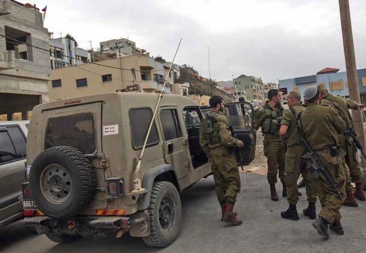 Oficiales inspeccionan el lugar donde cayeron  bombas de mortero en Majdal Shams,  Israel. Se cree que las bombas provienen de Siria. (EFE)