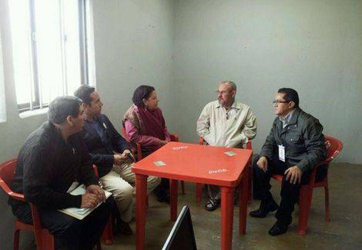 Personal de la Comisión Estatal de Derechos Humanos se entrevistó con el ex líder de autodefensas, Hipólito Mora. (Milenio Digital)