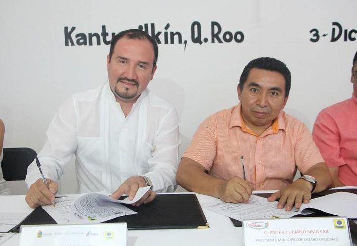 El director de la Universidad y el alcalde firmaron el convenio. (Raúl Balam/SIPSE)