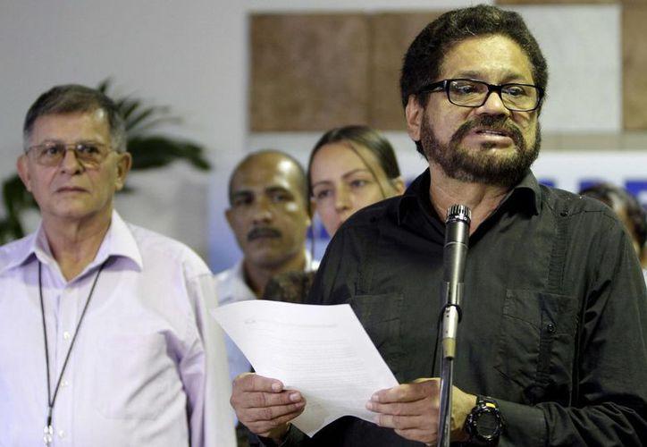 Iván Márquez, el negociador de las FARC, habla a los periodistas en la continuación de las conversaciones de paz en La Habana, Cuba. (Agencias)