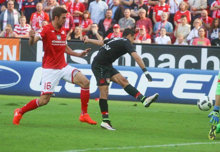 La prensa de Alemania destacó este día la actuación de Javier <i>Chicharito</i> Hernández al anotar tres goles ante Mainz con lo que guió el triunfo de su equipo, Bayern Leverkusen. (AP/Frank Rumpenhorst)