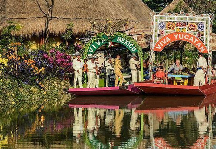 Durante el recorrido las personas disfrutan de antojitos, bebidas nacionales y música con mariachi en vivo. (Israel Leal/SIPSE)
