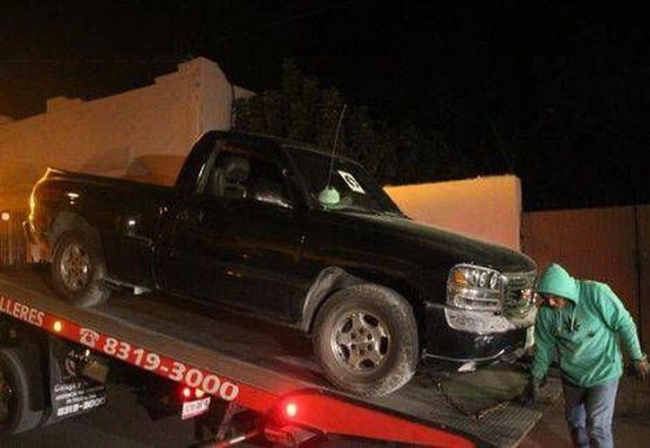 Las dos camionetas en las que viajaban miembros de una misma familia fueron trasladadas a las instalaciones policiacas. Los agresores huyeron.(Especial)