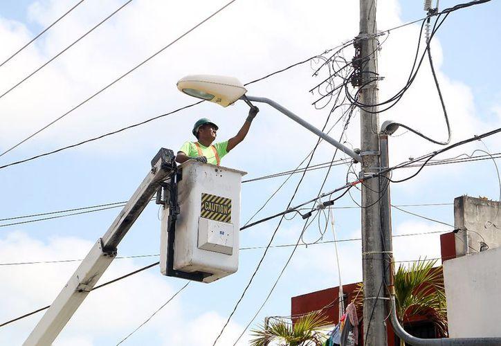Las lámparas del alumbrado público son ahorradoras de energía eléctrica. (Redacción/SIPSE)