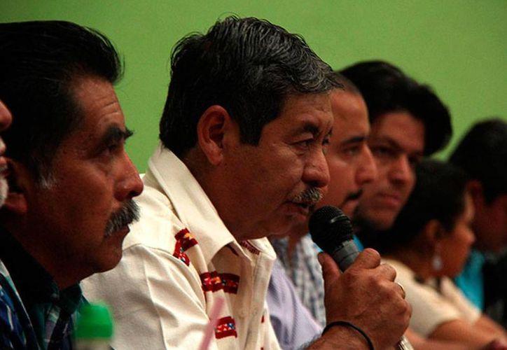 Rubén Núñez (micrófono en mano) encabezó la marcha de maestros en Oaxaca. (Foto de archivo/excelsior.com.mx)
