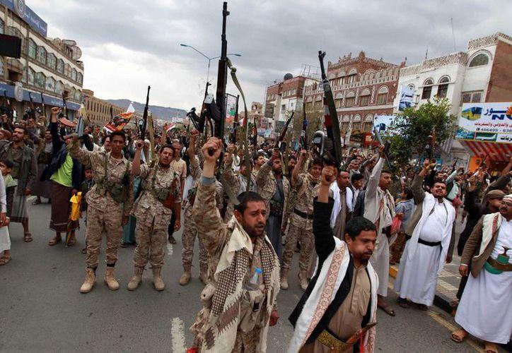 Rebeldes chiíes, conocidos como hutíes, alzan sus armas para protestar contra ataques aéreos liderados por Arabia Saudí en Saná, Yemen. (Agencias)