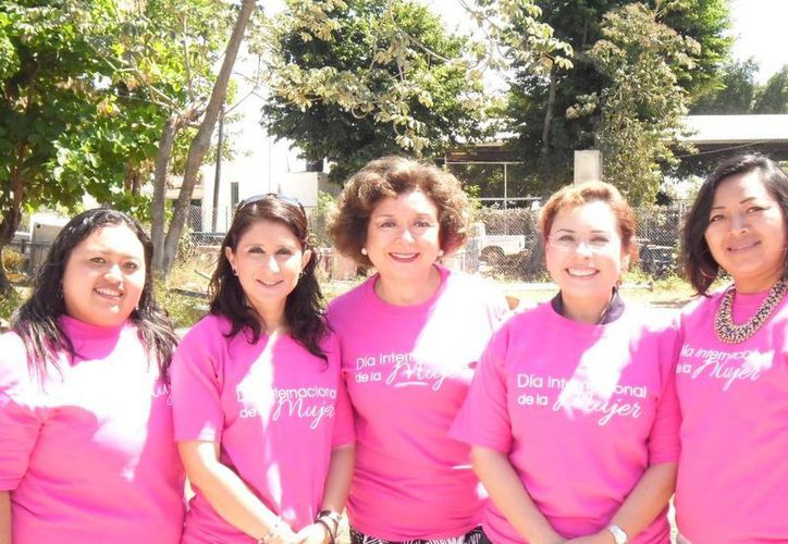 Regidoras del Ayuntamiento de Mérida con playera conmemorativa del Día Internacional de la Mujer 2014. (Cortesía)
