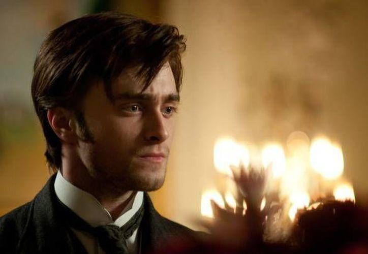 La más reciente película en la que participó Daniel Radcliffe fue 'La Dama de Negro', a la que pertenece la imagen. (Agencias)