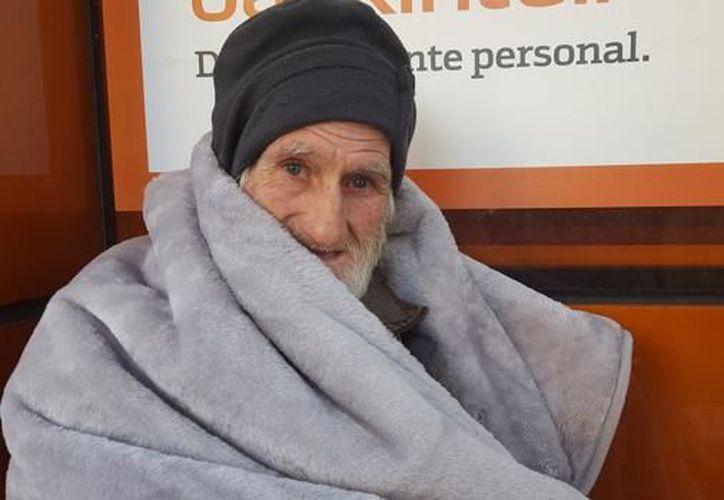 Antonio Escobar solía dormir en los cajeros y de día pedía dinero para sobrevivir, ahora tiene su propio techo. (Foto: ABC Sevilla)